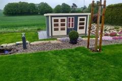 Blaues Gartenhaus aus Holz mit Flachdach